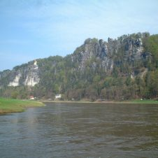 Berglandschaft mit See und Wald