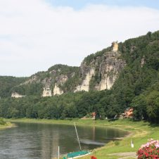 Blick auf die Elbe und die Felsen in Rathen