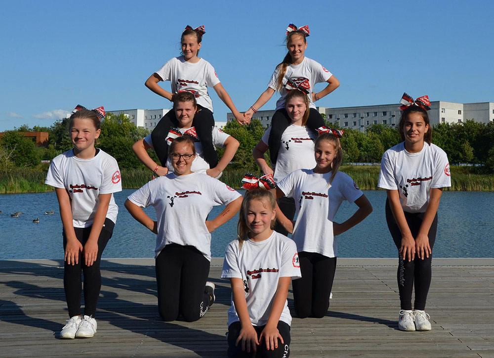Cheerleaderinnen und Cheerleader in Position