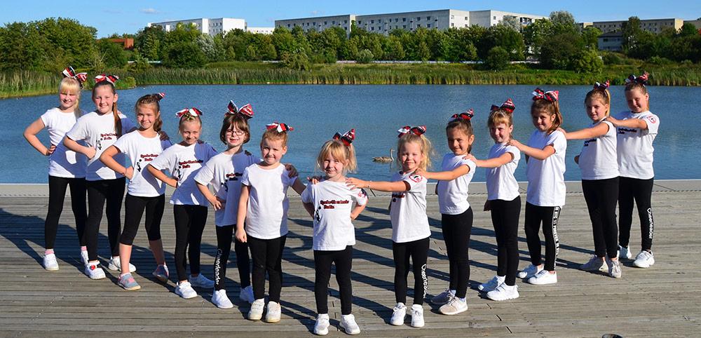 kleine Cheerleaderinnen in Position
