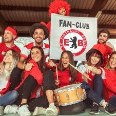 Fans jubeln dem SCE Berlin zu