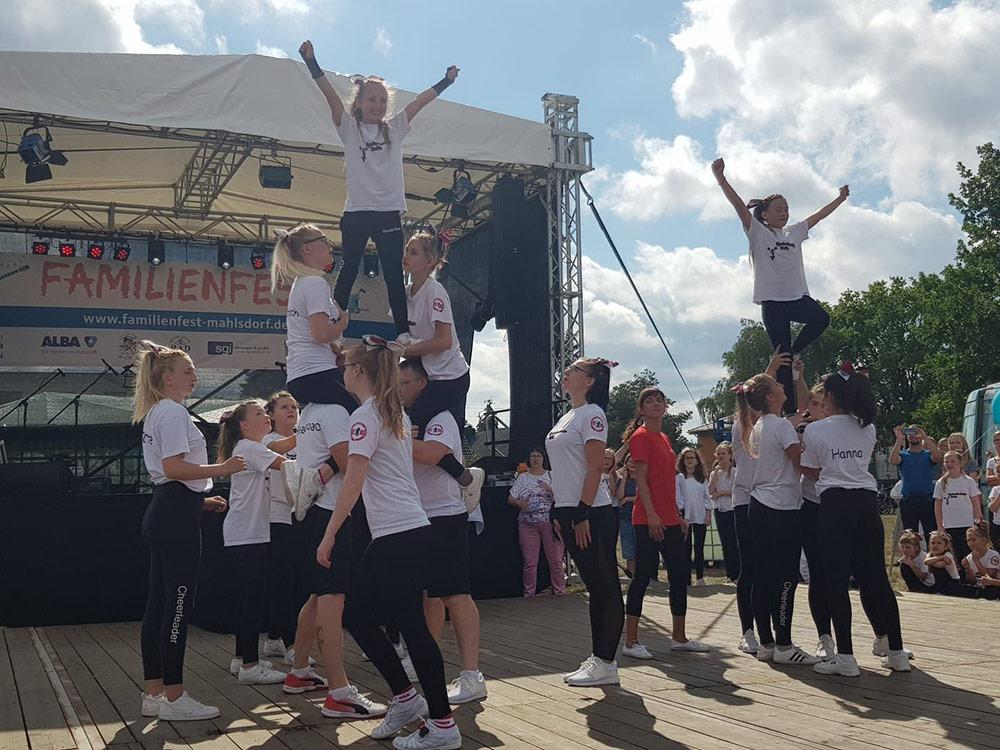 Cheerleader beim Tanzen